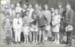 comunion en el patronato,foto junto aprendices con escuela de artes y oficios al fondo...entonces txabarri era lo centrico de sestao...año 1960.