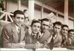 Cuadrilla de amigos en el campo de las Llanas. Años 50.