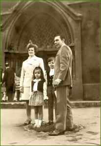 Frente al pórtico de la iglesia del Carmen. Años 70. Amaia Del Valle Sanchez