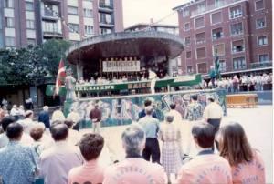 Kaiku. Presentación de nueva trainera. Plaza del kasko. 1996 (2)