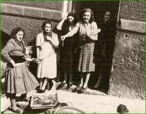 Comprando pescado en la calle Menéndez Pelayo. 1951. Rosa María Álvarez.