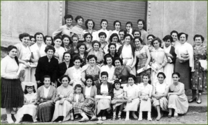Cooperativa de AHV. Alumnas de la academia de corte, confección y bordado. Agosto de 1954. Jass Ven