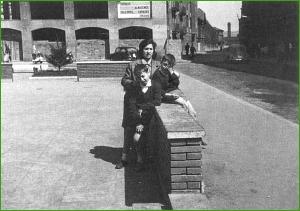 En la plaza de los Tres Concejos. Años 60.
