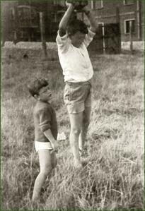 Jugando en las campas del lavadero. Kueto. 1965 . Maricarmen Cristóbal