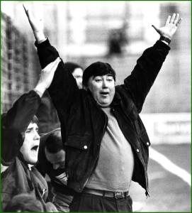 1991. Nico Estefano, entrenador de fútbol, en el banquillo con los brazos en alto.