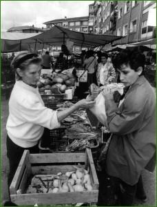 7 de agosto de 1997. Una mujer haciendo compras en un puesto de verduras del mercado ambulante de Sestao.