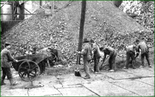 Soldados del regimiento de Garellano, sustituyendo a los huelguistas de La Vizcaya. Agosto de 1917.