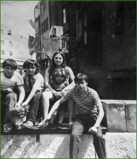 Amigos en la plaza de Urbinaga. Principios de los 80. Encarni Martín