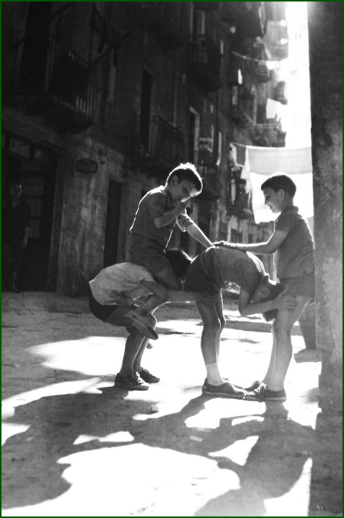 SESTAO1639 Niños jugando en una calle de Sestao
