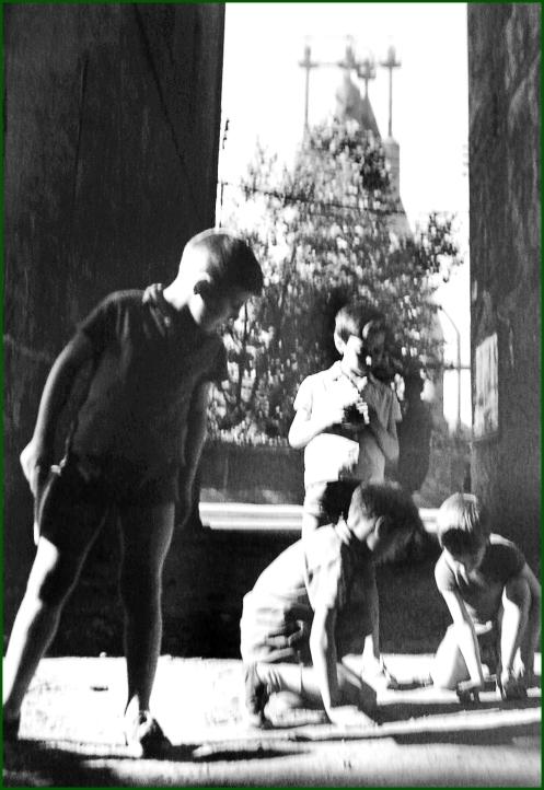 SESTAO1640 Niños jugando en una calle de Sestao
