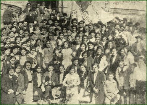 Tripulación de Kaiku posa ganadora, con las postulantes de la regata en beneficio de los parados de Bilbao. Marzo de 1931..jpg