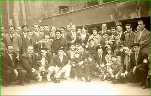 fronton-del-patronato-a-finales-de-los-anos-50-trofeos-ganados-en-los-campeonatos-de-pelota-organizados-por-lagun-artea